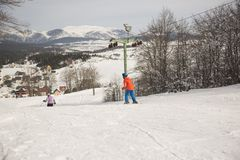 在滑雪场的男孩和女孩坡道滑雪在冬天好日子,黑山,扎布利亚克,2019-02-10 10:41 免版税库存照片