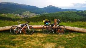 在某处喀尔巴阡山脉的背景的两辆自行车 免版税库存照片