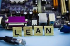 在木块的词倾斜与计算机mainboard在背景中 电脑技术概念图象 免版税图库摄影