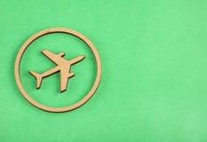 在木头的飞机在绿色背景-文本空间 库存照片