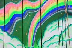 在木板条的彩虹街道画与油漆水滴 库存照片