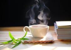 在木桌上的热的茶杯 热的饮料 免版税库存图片