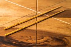 在木桌背景的自然竹筷子 免版税库存照片