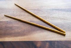 在木桌背景的自然竹筷子 库存图片