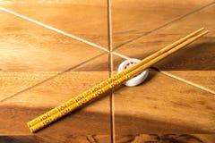 在木桌背景的自然竹筷子 免版税库存图片
