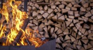 在木柴背景的火  库存照片