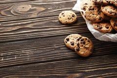 在木背景的巧克力曲奇饼 免版税图库摄影