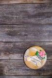 在木背景的圆的手画姜饼 有花的美丽的汽车 平的位置 复制空间 甜点心作为一件礼物为 免版税库存照片