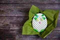 在木背景的圆的手画姜饼 空白猫头鹰 平的位置 复制空间 甜点心作为妇女的一件礼物 免版税库存照片