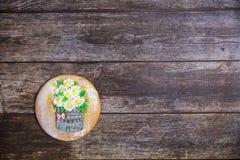在木背景的圆的手画姜饼 雏菊花束在篮子的 平的位置 复制空间 甜点心作为礼物 库存照片