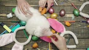 在木背景的活野兔 愉快的复活节 在木背景的复活节彩蛋 愉快的家庭为复活节做准备 股票视频