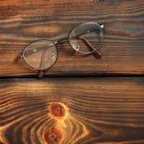 在木背景的玻璃 免版税库存照片