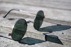 在木背景,好日子的圆的玻璃 背景概念框架沙子贝壳夏天 库存图片