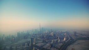 在未来派塔摩天大楼迪拜大市的壮观的空中寄生虫飞行早晨日出的 影视素材