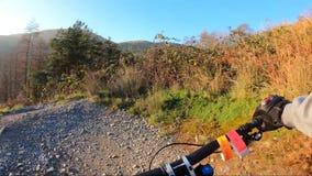 在机上照相机:登山车下坡在板岩山,英国的石路 从第一个人的看法 影视素材