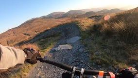 在机上照相机:登山车下坡在板岩山,英国的石路 从第一个人的看法 股票视频