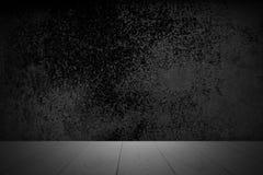 在抽象黑背景的空的木甲板桌与当前产品的概略的困厄的年迈的纹理 库存图片