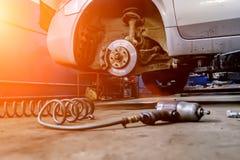 在技工服务工作里面的自动汽车 车胎替换和维护 免版税库存照片