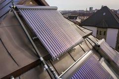在房子屋顶的太阳水暖气 面汤水壶,供选择的生态太阳能量发电器 现代技术概念 免版税库存图片