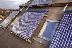 在房子屋顶的太阳水暖气 面汤水壶,供选择的生态太阳能量发电器 库存照片