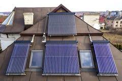 在房子屋顶的太阳水暖气 面汤水壶,供选择的生态太阳能量发电器 库存图片