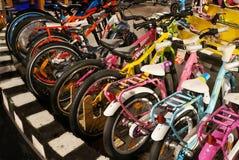 在显示的自行车在商店 免版税库存图片