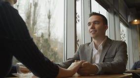 在日期的夫妇 男人和妇女谈话在餐馆 影视素材