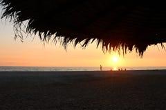 在日落时间的美丽的热带海滩 免版税图库摄影