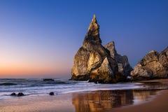 在日落,辛特拉,葡萄牙的厄萨海滩 库存照片