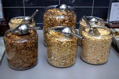 在旅馆早餐自助餐的谷物选择 库存照片