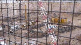 在摩天大楼工地工作的巨型基础坑  免版税图库摄影