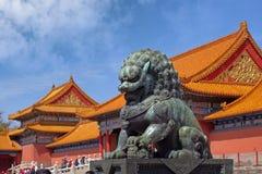 在故宫博物院前面紫禁城的内部门安置的一头石狮子在北京,中国 库存图片