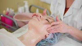 在整容术诊所的一次脸部按摩治疗 按摩面颊 股票录像