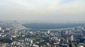 在曼谷地平线的摩天大楼大厦有轰隆Kajao地区视图 免版税库存照片