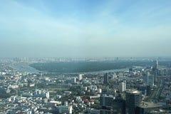 在曼谷地平线的摩天大楼大厦有轰隆Kajao地区视图 库存照片