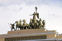 在总参谋部的屋顶的美好的构成 免版税库存照片