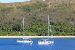 在斐济的海岛停住的两条风船 免版税库存图片