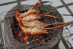 在火的烤大虾 免版税库存照片