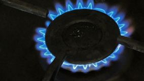 在火炉的燃烧的煤气喷燃器 股票录像