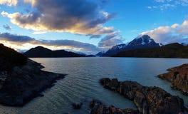在灰色湖和冰川灰色,托里斯del潘恩,智利日落的看法  免版税库存图片