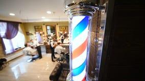 在理发店背景的理发师s波兰人特写镜头  股票录像