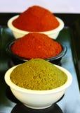 在碗的红色和绿色咖喱酱 免版税库存图片
