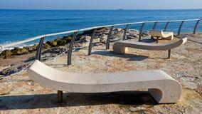 在空置岸的空置长凳 库存照片