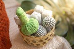在竹篮子的绿色草本按摩球在被弄脏的backgroun 免版税库存照片
