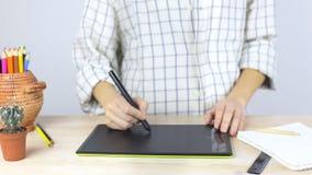 在笔记本的手在专业图形输入板的文字和凹道 股票视频