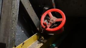在管子的红色阀门在黑暗中 有轮子把柄的阀门 有轮子把柄的阀门 股票录像