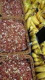 在篮子和成熟香蕉的花生 鲜美和健康食物 食物照片在上面的 免版税库存照片