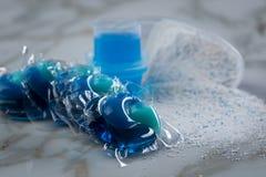 在粉末、液体胶凝体和荚的蓝色洗涤剂排序品种在洗涤的药量 免版税库存图片