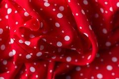 在红色帆布棉花纹理,织品背景的圆点 免版税库存图片
