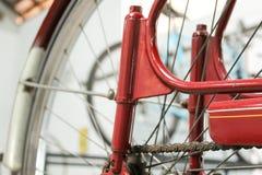 在红色的老自行车whell与生锈的链子 免版税库存照片